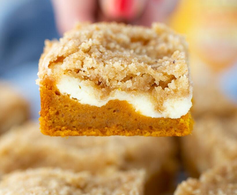 Pastel de migas de queso crema y calabaza