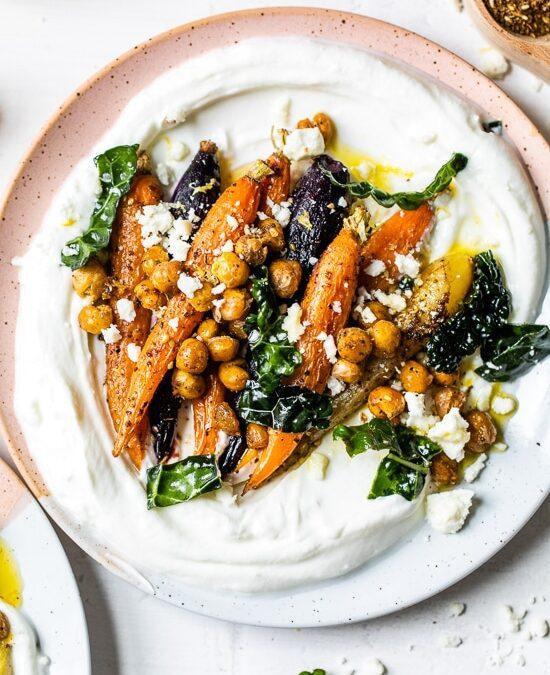 Tazones de yogur de zanahoria asada y garbanzos Za'atar