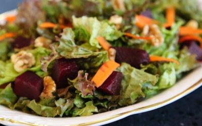 Ensalada de verduras mixtas con remolacha y nueces