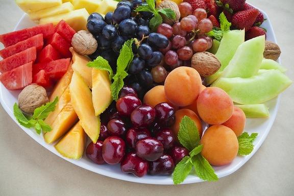 Ensalada de frutas de finales de verano con aderezo de menta y agave