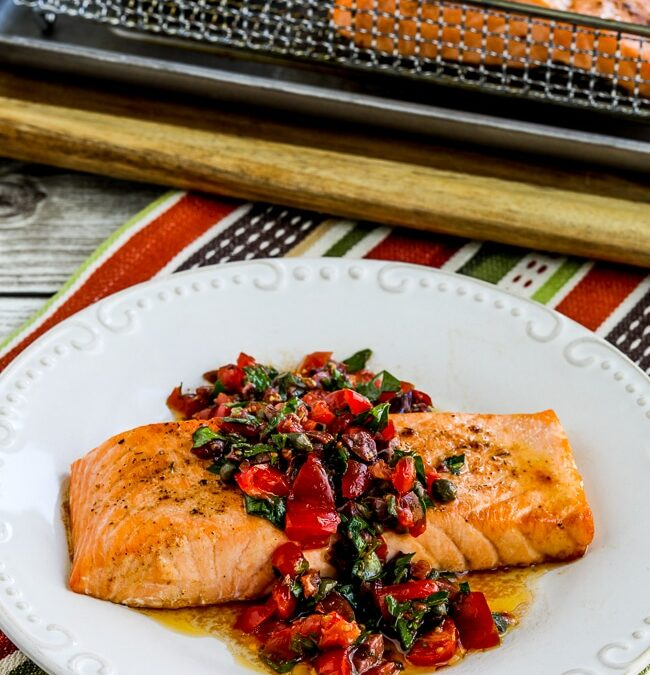 Salmón con salsa de tomate y aceitunas – Kalyn's Kitchen
