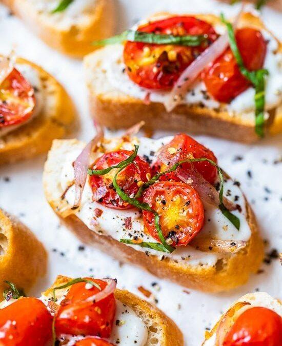 Tostada de ricotta batida con tomates asados