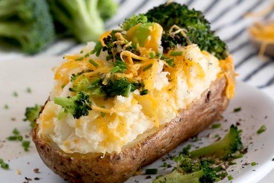 Papas al horno con brócoli y queso