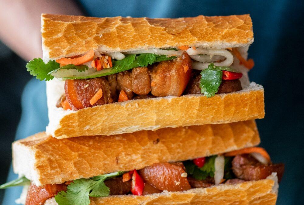 Banh Mi de cerdo vietnamita con panza de cerdo con caramelo