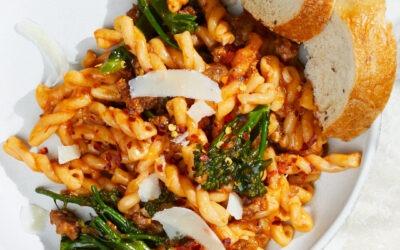 Gemelli con tomates, brócoli rabe y salchicha italiana – Receta