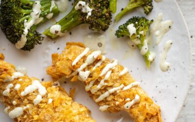 Dedos de pollo con costra de papas fritas con brócoli asado y rancho