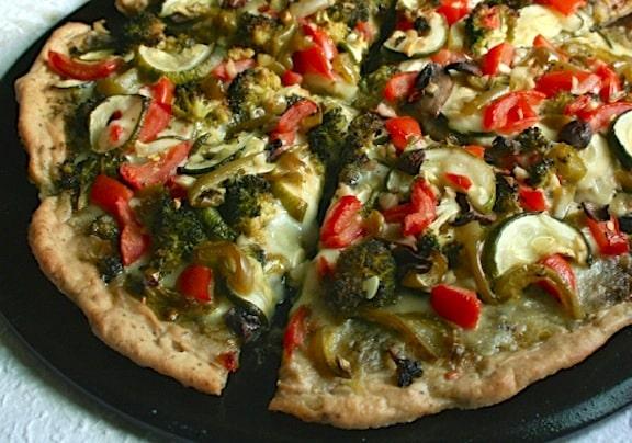 Verdadera pizza vegana de pesto vegetariana