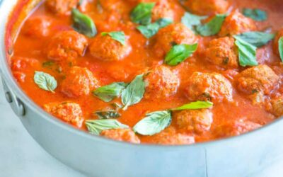 Albóndigas de pavo fáciles en salsa de tomate y albahaca